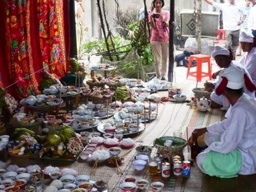 Mâm cúng người Chăm trong lễ Katé không thể thiếu bánh Sakaya.