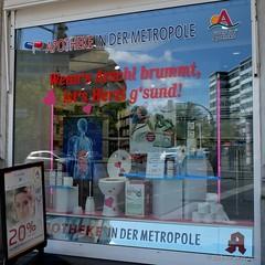 Wenn's Arschl brummt . . . (Sockenhummel) Tags: berlin fuji schaufenster fujifilm x30 apotheke metropole