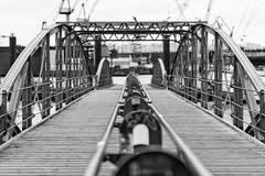 Hamburg ist Ansichtssache (M.K. Photographie) Tags: eu europe europa de deutschland germany hh hamburg hafen elbe harbour brcke bridge kai wasser see water bw sw mkphotographie mk photographie photografie technik stadt city nikon d600 nikkor 70200 28