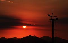 voltando pr casa (Ruby Ferreira ) Tags: sunset silhouettes hills prdosol naestrada ontheroad montanhas silhuetas riodejaneirorj notreatment cellularantenna brasilemimagens