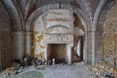 . a warm welcome (Ruinenstaat) Tags: lost fireplace ruine urbanexploration chateau schloss kamin urbanexploring urbex slott lostplaces tumraneedi