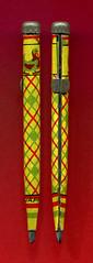 Kleiner japanische Bleistift aus bunt bedrucktem Blech mit Schieberyx (altpapiersammler) Tags: old pencil vintage alt ornament muster bunt bleistift blech stift ironsheet