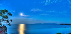 Moonrise on the Great Oyster Bay (pano) (myshutterworld) Tags: sunset panorama moon beach sunshine swansea clouds sunrise landscape nightscape pano under australia down moonlit moonrise tasmania tassie hdr chalets freycinet
