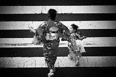 Mother and daughter happily crossing the street for hanami : ) (hijo_de_ponggol) Tags: street for crossing daughter mother hanami happily
