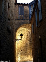 Ruelle lumineuse (Noemie.C Photo) Tags: rue street ruelle sarlat mdieval ville city reverbre lampadaire maisons houses blue bleu pierres wall mur fenetre windows light lumiere sun soleil