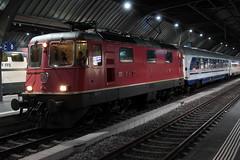 SBB Lokomotive Re 4/4 II 11208 ( Hersteller SLM Nr. 4770 - BBC MFO SAAS - Baujahr 1970 ) am Bahnhof Zrich HB im Kanton Zrich in der Schweiz (chrchr_75) Tags: train schweiz switzerland suisse swiss eisenbahn zug sbb re christoph svizzera bahn treno schweizer 44 januar ffs bundesbahn lokomotive lok suissa 2015 cff re44 1501 chrigu bahnen schweizerische chrchr hurni chrchr75 bundesbahnen chriguhurni chrighurni albumbahnenderschweiz albumsbbre44iiiii chriguhurnibluemailch januar2015 hurni150105 albumbahnenderschweiz201516 albumzzz201501januar