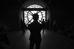it's time (*Ολύμπιος*) Tags: people paris clock silhouette pessoas darkness watch pb persone persons pretoebranco relógio parigi silhueta escuridão regarder claroescuro