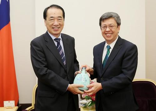 09.23 總統與日本前首相菅直人眾議員互贈禮品