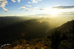 Luz contra oscuridad. (Jorge Snchez R.) Tags: luz nikon paisaje amanecer montserrat winner d750 fx niebla catalua oscuridad