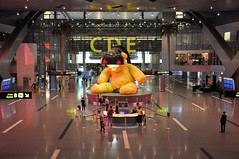 Doha HIA: Duty Free Plaza South (A380spotter) Tags: ursfischer untitledlampbear 2011 giantteddybear lamp yellow sculpture installation contemporary art artwork dutyfreeplazasouth informationdesk airside terminal1 one  hamadinternationalairport hia othh doh  doha   dawlatqaar stateofqatar