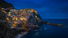Manarola (Bastian.K) Tags: ocean park italien blue houses sunset red sea italy sun house rot rio rock stone sunrise dawn bay coast nationalpark nikon meer sonnenuntergang dusk sony formation steine national hour adapter terre 20mm colourful af2 maggiore dmmerung vernazza monterosso sonnenaufgang manarola cinque formations kste huser bucht sunstar bunte 18g coloruf a7s metabones ilce7s nikon20mm18g