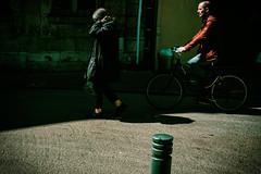 Vertige du bitume (www.danbouteiller.com) Tags: france french rouen normandie normandy photoderue street streetscene streetlife streets streetshot city ville urban bike velo people woman man canon canon5d 5dmk2 5d 50mm 50mm14 5d2 5dm2