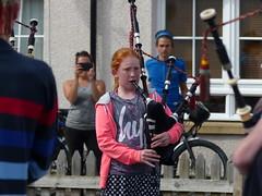 La gaitera (cincde82012) Tags: uk musician girl scotland musica piper nena pitlochry gaita sacdegemecs esccia