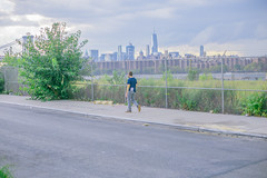 Brooklyn (Yaqine Hamzaoui) Tags: rood alien man newyork brooklyn colors green walking water manhatten brooklynbridge