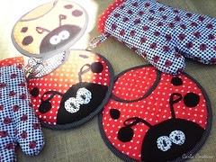 Luva de cozinha + potholder 'joaninha' (Carla Cordeiro) Tags: fuxico ladybug feltro patchwork joaninha ♥ potholder viés luvadecozinha pegadordepanela