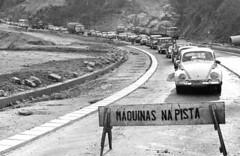 Obras de duplicação na rodovia Presidente Dutra provocam congestionamento em 1962. (Werner Keifer) Tags: brasil sãopaulo tráfego construçãocivil