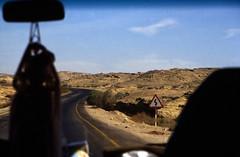 gypten 1999 (155) Busfahrt Assuan - Luxor (Rdiger Stehn) Tags: winter analog 35mm urlaub natur egypt slide dia 1999 scan afrika landschaft gypten 1990s wste canoneos500n nordafrika analogfilm kleinbild canoscan8800f kbfilm 1990er obergypten sdgypten diapositivfilm aad
