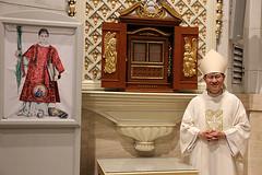 Il cardinale LUIS ANTONIO TAGLE onora San Cesario diacono e martire di Terracina (hagiographie) Tags: cathedral manila luis antonio caritas icona terracina cesario tagle martire cardinale filippine reliquie diacono caesarius caesarii