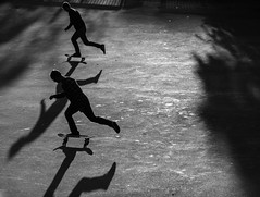 chasing shadows (Zimthiger) Tags: hamburg zimthiger stpauli street streetphotography bw sw menschen people skaters silhouettes plantenunblomen canon 135mm sports sport