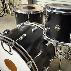 Feeling like an overgrown elf today but it's always rewarding. First maple kit we have built in a very long time. Sounds incredible and looks nice and classy with those ginger glass inlays. Black satin stain 22, 12, 16 Happy Holidays! #qdrumco #maple #dru