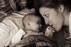 Nuestro secreto (jcmejia_acera) Tags: baby love look mom bed amor beb cama motherhood mirada madre ternura maternidad cario