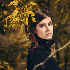Lara (Ges Rules ) Tags: light portrait woman sun tree fall nature girl beautiful beauty face yellow eyes pretty shadows young natura lamanoamiga cuandosobranlaspalabras