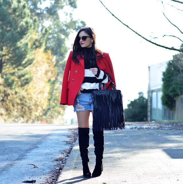 Jersey Zara_Abrigo rojo_shorts denim_botas altas_ootd_02