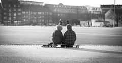 friends (Zimthiger) Tags: street friends people bw canon friendship candid hamburg streetphotography 100mm menschen sw heiligengeistfeld 5dmk3 zimthiger
