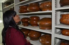 Ceramista suruí conhecendo coleção asuriní (MUSEU DO ÍNDIO / página oficial) Tags: do museu rj arte cerâmica da botafogo terra suruí indígena índio asurini seminário terena karajá ceramistas etnias
