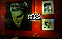 594 Miles to Graceland (Cragin Spring) Tags: light wallpaper usa lamp booth restaurant unitedstates lasvegas unitedstatesofamerica picture elvis antioch theking lucilleball antiochillinois lakecountyil lasvegasrestaurant antiochil
