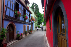 Dans les rues de Kaysersberg (Arno.ma) Tags: street color fleurs couleurs alsace colored ruelle maison rue kitch colombages kaysersberg