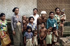 24-894 (ndpa / s. lundeen, archivist) Tags: family girls people bali color film boys kids 35mm children indonesia temple women nick group southpacific 24 1970s groupportrait hindu 1972 indonesian kehentemple balinese dewolf oceania pacificislands nickdewolf photographbynickdewolf reel24
