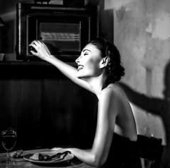 le morceau de musique (zventure,) Tags: portrait blackandwhite paris monochrome radio gris noiretblanc femme ombre hasselblad vin soire mode sourire rire argentique carr repas analogic 500cm modle postederadio zventure
