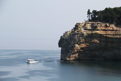 Bluffing (RPahre) Tags: cliff boat michigan greatlakes upperpeninsula lakesuperior bluff picturedrocks picturedrocksnationallakeshore