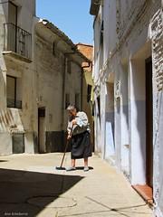 Barriendo la calle (kirru11) Tags: espaa calle mujer cielo casas quel canonpowershot escoba larioja barriendo kirru11 anaechebarria