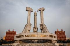 Partit dels treballadors de Corea (Kaobanga) Tags: coreadelnord coreadelnorte northkorea corea repúblicapopulardemocràticadecorea rpdc repúblicapopulardemocráticadecorea democraticpeoplesrepublicofkorea dprk 조선민주주의인민공화국 chosŏnminjujuŭiinminkonghwaguk pyongyang pionyang piŏngyang pyeongyang 평양시 partitdelstreballadorsdecorea workerspartyofkorea partidodelostrabajadoresdecorea 조선로동당 monument monumento canon5dmarkii canon5dmkii canon5dmk2 canon28300 28300 kaobanga