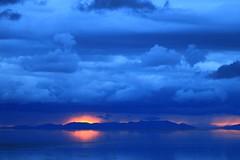 Smoulder (alideniese) Tags: greatsaltlake antelopeislandstatepark utah usa sunset sundown dusk evening sun red reflection blue clouds storm weather landscape waterscape lake water mountains horizon sky