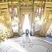 Las fiestas navideñas, el árbol adornado, el frío en la calle, ver a los transeúntes desde las ventanas al calor de la chimenea... Se trata de una estampa típica navideña, pero si la escena se traslada al Palacio de Linares se inicia un viaje en el tiempo que nos lleva al siglo XIX. Un año más, 'Navidades en palacio' se adentra por salas palaciegas decoradas para la ocasión. Una suerte de paseo para rememorar las navidades de hace dos siglos al ritmo de villancicos tradicionales y música de época interpretada en vivo por una arpista y una violinista.