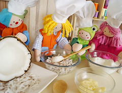 Que delícia! (Ateliê Bonifrati) Tags: cute diy king candy craft frog sapo yumi rei doces tutorial pap receitas receives cocada passoapasso bonifrati