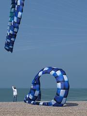 Lâcher-prise *----+°---° (Titole) Tags: kite blue titole nicolefaton dieppe internationaldieppekitefestival festivalinternationaldecerfvolantdedieppe cerfvolant friendlychallenges 15challengeswinner challengegamewinner
