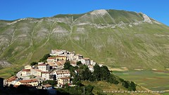 Aperto per ferie (_Nick Photography_) Tags: img6936 nickphotography castellucciodinorcia montisibillini sunset countryside holidays village