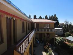 """Lac Titicaca: notre hôtel sur l'Isla del Sol. Nous avons la meilleure chambre, celle au bout qui termine le L, avec trois grandes fenêtres. <a style=""""margin-left:10px; font-size:0.8em;"""" href=""""http://www.flickr.com/photos/127723101@N04/28493588072/"""" target=""""_blank"""">@flickr</a>"""