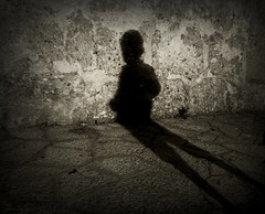La vida es una sombra que camina (Aviones Plateados) Tags: life shadow mobile wall walking phone cell shakespeare sombra lg vida phonecamera android macbeth camin campanet lgd505