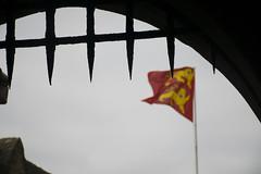Cruzando las puertas (palm z) Tags: france reja puerta bandera monte sanmiguel francia mont saintmichel verja