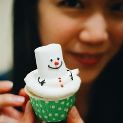 Snowman Cupcake, Owl Cupcake and Jelly Flower Cupcake เป็นคัพเค้กเนื้อสปองค์ที่มีความนุ่มและเบา หอมกลิ่นบัตเตอร์วนิลา และเรายังจัดเสริฟในหลากหลายสไตล์เพื่อให้ลูกค้าประทับใจใน First Impression ค่ะ 😁😋😍🎉 #snowmancupcake #cupcake #cut