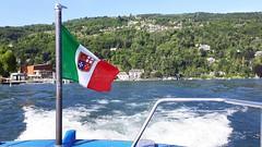 isole borromee (4) (giangian239) Tags: lago acqua blu giardino maggiore albero verde prato statua monumento isola isole borromee madre bella superiore panorama paesaggio lungolago bandiera tricolore