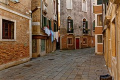 Venice / Calle Fiori (Pantchoa) Tags: venise italie callefiori calle de noal linge schage fentres pavs cannaregio cordelinge lessive jourdelessive nikon d7100 1685mm briques murs architecture washingday rue photoderue venezia