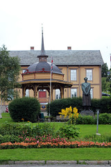 Troms:  Bandstand, Statue of King Haakon VII, and former Town Hall (2) (Phil Masters) Tags: troms tromso 17thjuly july2016 norwayholiday norway bandstand townhall tromstownhall tromsformertownhall tromsotownhall tromsoformertownhall gardens statue kinghaakonvii kinghaakon haakonvii statueofkinghaakonvii statueofkinghaakon statueofhaakonvii statueofkinghaakonstatue haakonviistatue kinghaakonviistatue kinghaakonstatue