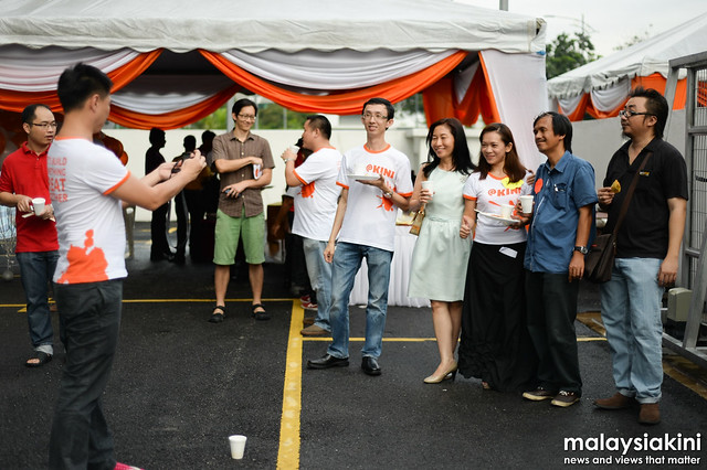One group photo with the people behind Malaysiakini!