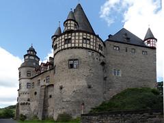 Schloss Bürresheim (onnola) Tags: castle germany deutschland medieval eifel schloss turm nette burg rheinlandpfalz mittelalter nettetal sanktjohann schlossbürresheim bürresheim rhinelandpalatinate rundturm höhenburg vordereifel erzbistumköln mayenkoblenz erzbistumtrier sanktjohannbeimayen rheinahreifel nettevalley vonbreidbach vonbreitbach triererburg vonbreidbachbürresheim